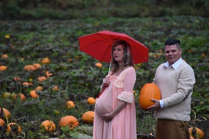 funny-maternity-photoshoot-alien-pumpkin-field-todd-cameron-li-carter-1