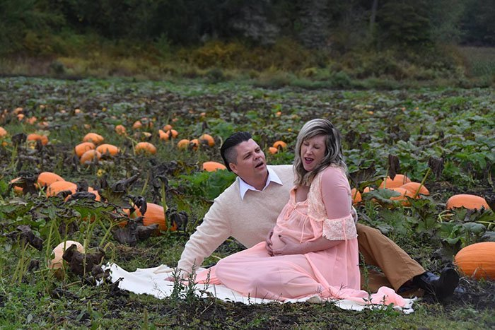 funny-maternity-photoshoot-alien-pumpkin-field-todd-cameron-li-carter-2