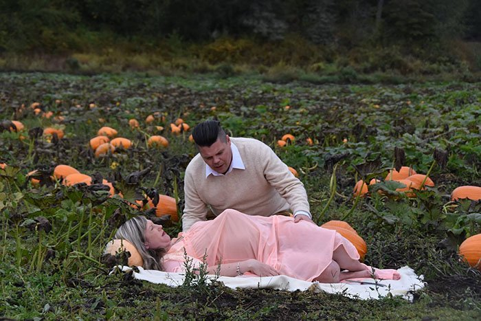 funny-maternity-photoshoot-alien-pumpkin-field-todd-cameron-li-carter-3