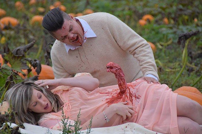 funny-maternity-photoshoot-alien-pumpkin-field-todd-cameron-li-carter-5